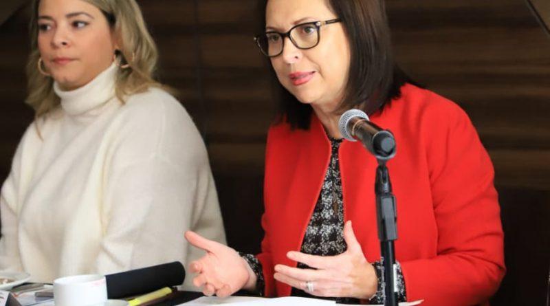 Acerca Cristina Díaz programas municipales a ciudadanos